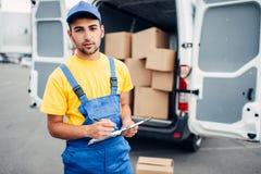 货物交付、传讯者和卡车有箱子的 库存图片