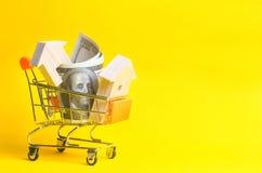 物产投资和房子抵押财政概念 买,租赁和卖公寓 庄园舱内甲板房子实际租金销售额 美元和woode 库存照片