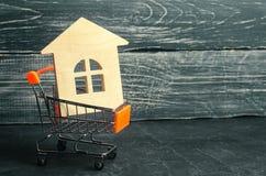 物产投资和房子抵押财政概念 买,租赁和卖公寓 庄园舱内甲板房子实际租金销售额 S的木房子 免版税库存照片