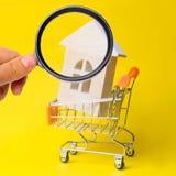 物产投资和房子抵押财政概念 买,租赁和卖公寓 r a的木房子 免版税库存图片