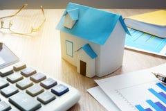 物产投资房子模型和关于不动产市场的财政信息 库存照片
