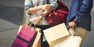 购物享受拉丁文的消费概念的夫妇资本主义 库存图片