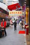 购物人和一个公共汽车站在纳丹路,香港 免版税库存图片