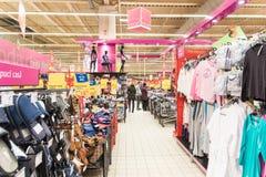 购物便宜的衣裳的人们在超级市场商店 库存图片