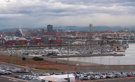 货物停泊、游艇口岸和城市在11月早晨 西班牙巴伦西亚 免版税库存图片