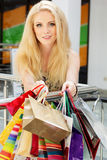 购物可爱的愉快的女孩  免版税库存照片