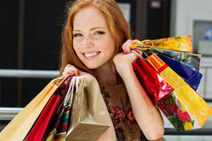 购物可爱的愉快的女孩  库存照片