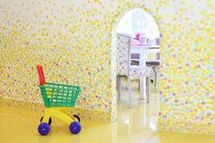 购物台车在咖啡馆的安徒生孩子屋子里 免版税图库摄影