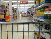 购物台车在超级市场 免版税库存照片