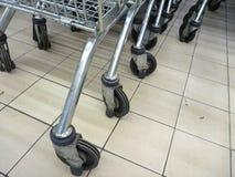 购物台车轮子的细节 免版税库存照片