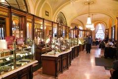 购物和吃在著名Gerbeaud coffe商店的人们 免版税库存图片