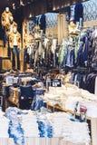 购物和浏览在地方衣裳商店的人们 免版税图库摄影