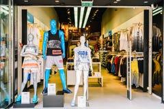 购物和浏览在地方衣裳商店的人们 免版税库存照片