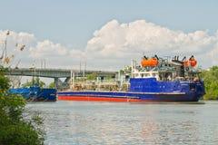 物品和石油产品的运输在驳船在 库存照片