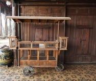 物品的古色古香的木推车 免版税库存图片