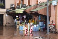 购物在一个正方形在马拉喀什,摩洛哥 免版税库存图片