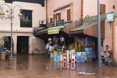 购物在一个正方形在马拉喀什,摩洛哥 免版税图库摄影