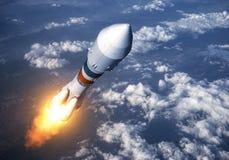 货物在云彩的运载火箭发射 免版税图库摄影