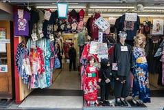 购物在五颜六色的Nakamise-dori市场Senso籍浅草日本上 库存图片