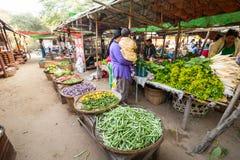 购物在亚洲市场上的人们 bagan缅甸 库存照片