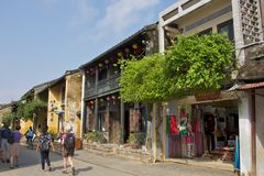 购物在会安市古镇, 2013年11月的越南 免版税库存图片