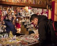 购物在传统圣诞节市场上的人们在和平在布拉格,捷克共和国摆正Namesti Miru 图库摄影