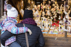 购物在传统圣诞节市场上的人们在Masaryk在布尔诺,捷克共和国摆正Masarykovo Namesti 免版税库存图片
