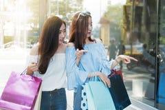 购物在假日时间的两个愉快的朋友 免版税库存照片