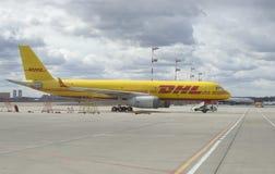 货物在停车场的TU-204S敦豪航空货运公司 谢列梅 库存照片