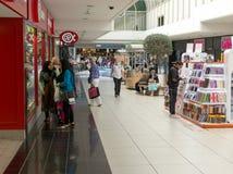购物在切姆斯福德镇的人们 库存照片