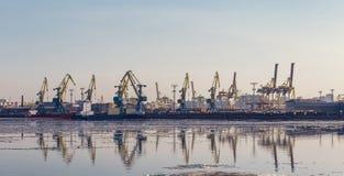 货物在口岸的起重机和货船 库存图片