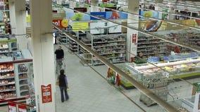 购物在大型超级市场Karusel的人们 股票视频