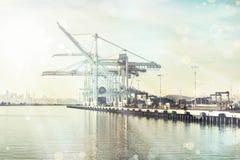 货物在奥克兰港口抬头在一好天儿 库存照片