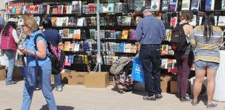 购物在室外书店的人们 免版税库存图片
