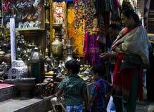 购物在晚上在马斯喀特 免版税库存图片