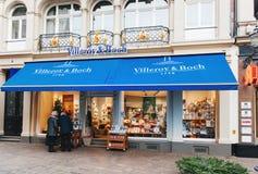 购物在晚上的Villeroy & Boch窗口 免版税库存图片