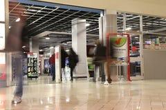 购物在有行动迷离的未来商店商店的人们 免版税图库摄影