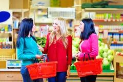 购物在杂货超级市场的美丽的女孩 免版税库存图片