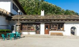 购物在特罗扬修道院的墙壁在保加利亚 库存照片