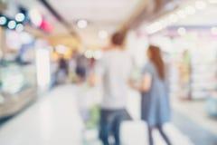 购物在百货商店的人们 Defocused迷离背景 库存图片
