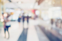 购物在百货商店的人们 Defocused迷离背景 免版税图库摄影