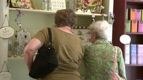 购物在精品店的老妇人 影视素材