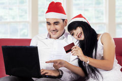 购物在网上在圣诞节假日的夫妇 库存照片