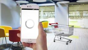 购物在网上在她的电话的妇女 股票视频