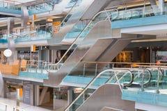 购物在荷兰商城别墅竞技场的人们在阿姆斯特丹 库存照片