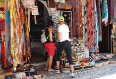 购物在莫斯塔尔的游人 免版税库存照片