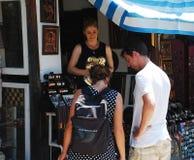 购物在莫斯塔尔的游人 免版税库存图片