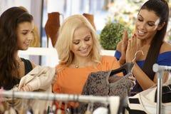购物在衣裳商店的愉快的女性 库存照片