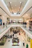 购物在豪华商城内部的人们 免版税库存照片