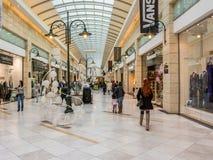 购物在豪华商城的人们 库存图片